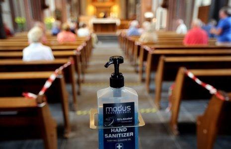 Nederlandse bisschoppen laten anderhalve meter-regel los bij voldoende ventilatie.